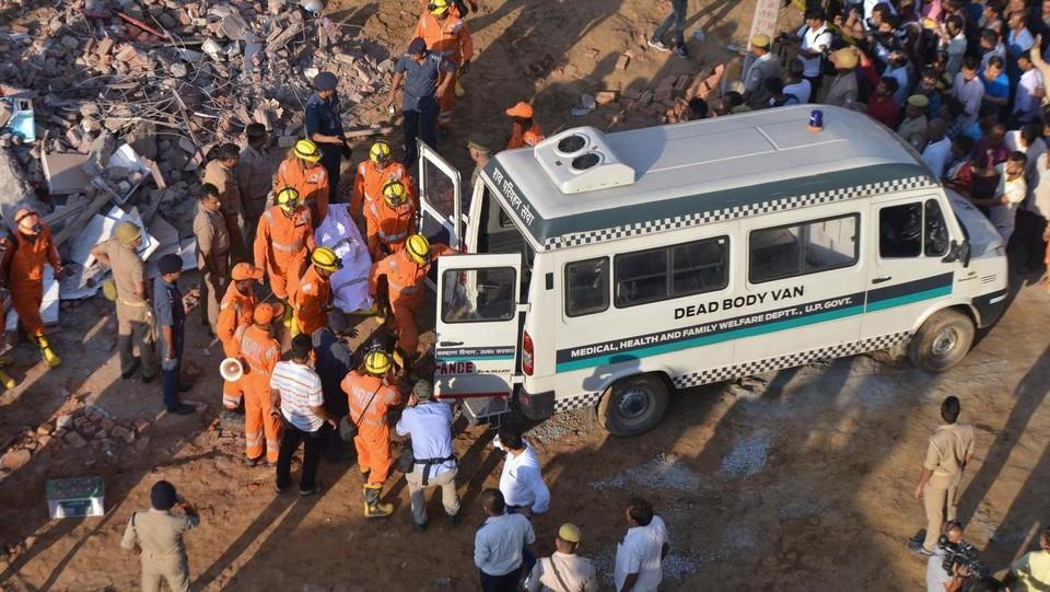 India, crolla una palazzina in costruzione nei dintorni di New Delhi ©AFP/LaPresse