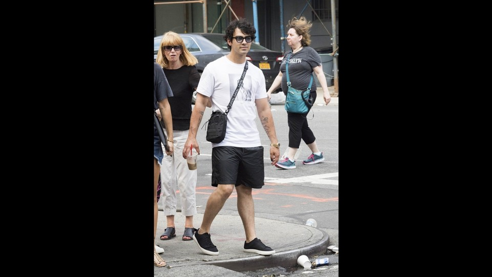 Joe Jonas e Sophie Turner escono con le loro madri per fare un giro turistico a New York ©Backgrid