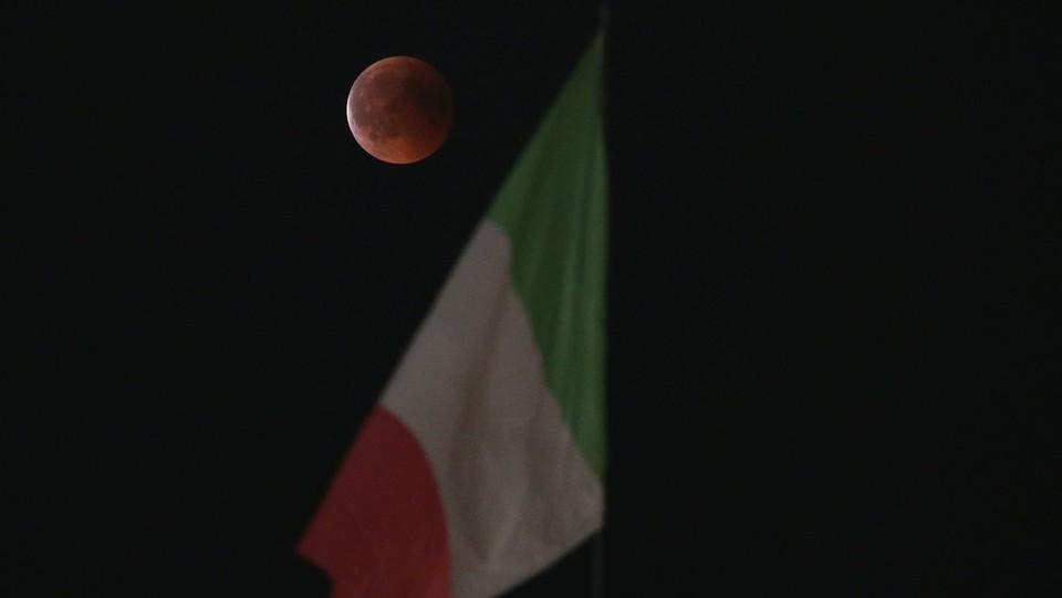 L'eclissi di luna più lunga del secolo. La luna rossa a Milano ©Stefano Porta/LaPresse