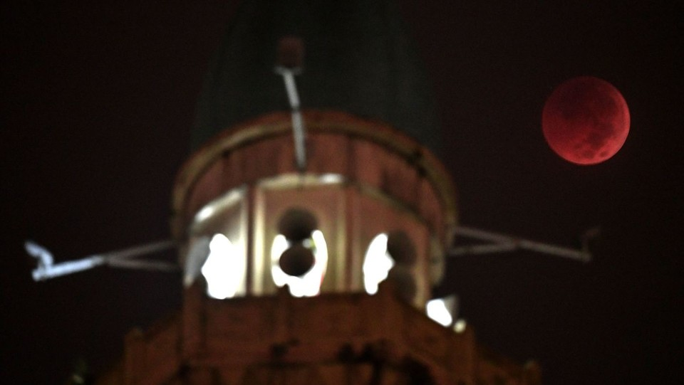 L'eclissi accanto alla cupola della moschea Wilayah a Kuala Lumpur ©AFP/LaPresse