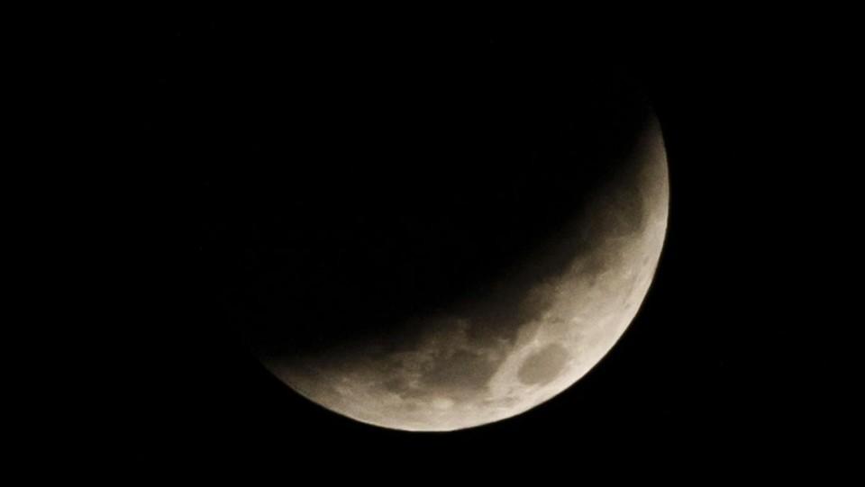 La luna durante un'eclissi vista da Jakarta ©AFP/LaPresse