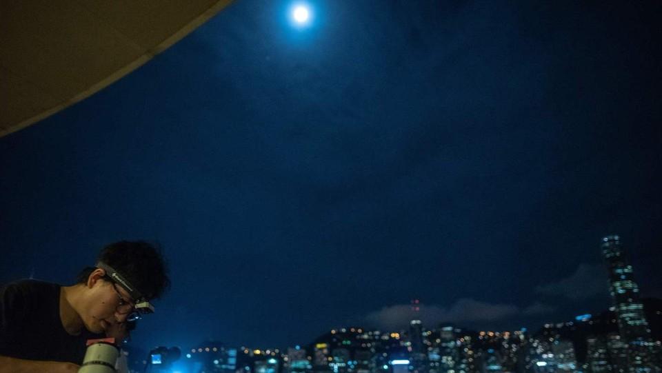 I telescopi per osservare l'eclissi lunare a Tsim Sha Tsui a Hong Kong ©AFP/LaPresse