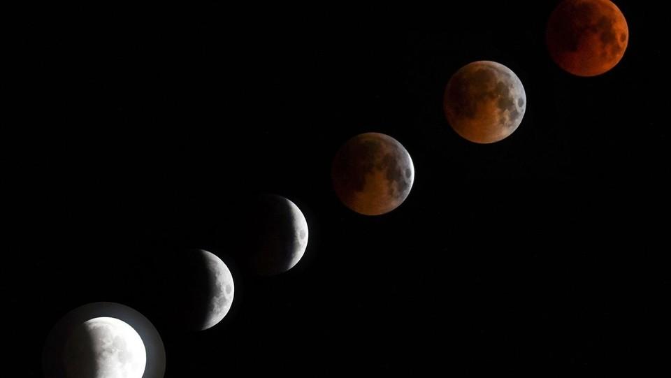 Una combinazione di sei immagini mostra l'eclissi ©AFP/LaPresse