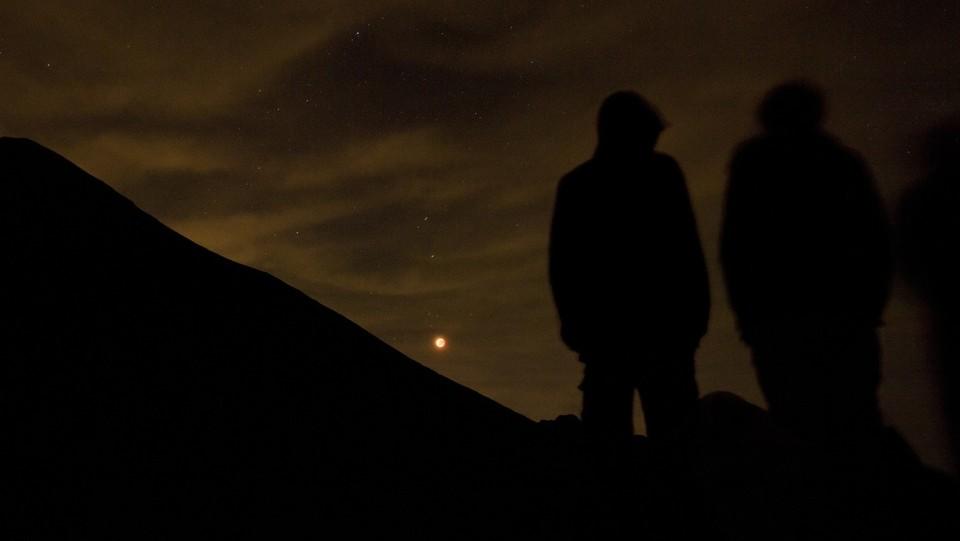 Eclissi totale di luna vista dal colle delle Finestre a Torino ©Marco Alpozzi/LaPresse
