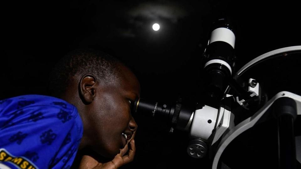 L'eclissi osservata dal telescopio nella città di Oloika a Magadi, in Kenya ©AFP/LaPresse