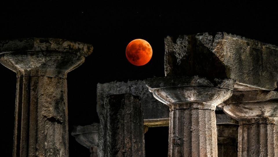 L'eclisse sul tempio di Apollo a Corinto, in Grecia ©AFP/LaPresse