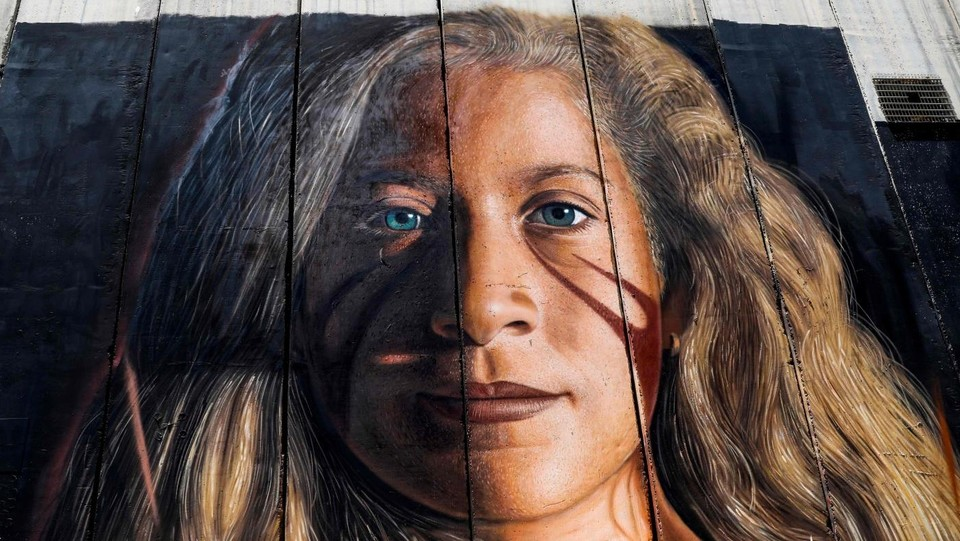 Il murale per Ahed Tamimi realizzato dallo street artist napoletano Jorit Agoch ©AFP/LaPresse