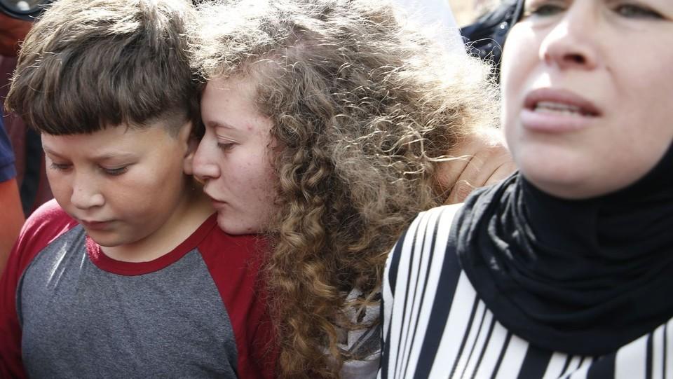 Ahed abbraccia il fratello ©AFP/LaPresse