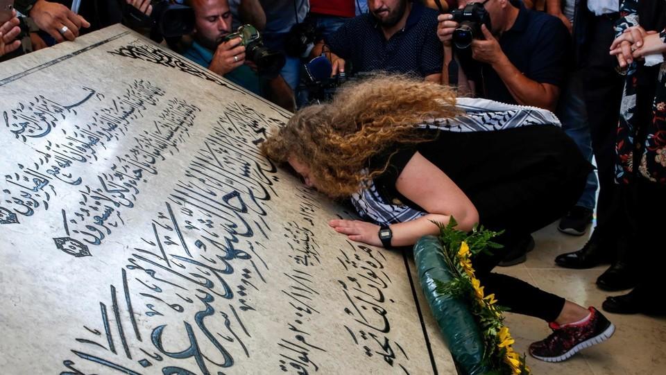 Ahed alla tomba di Arafat ©AFP/LaPresse