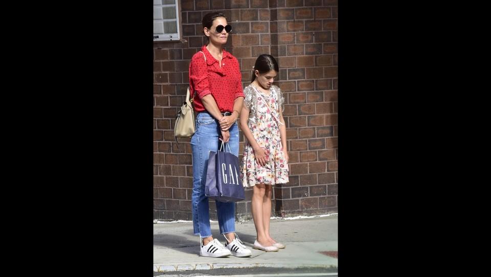 Katie Holmes e la figlia Suri fanno shopping a New York ©Backgrid/LaPresse