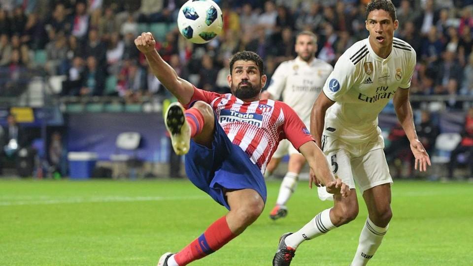 Diego Costa supera Varane in rovesciata ©AFP/LaPresse