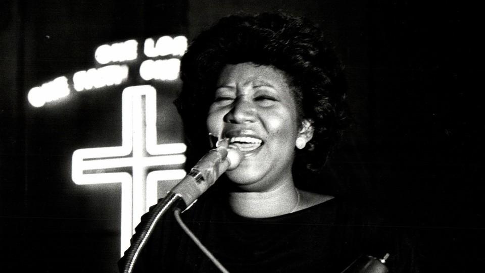 "Aretha Franklin canta ""Precious Lord, Take My Hand"" al funerale di Philippe Wynne, Detroit, 1984 ©Sipa USA"