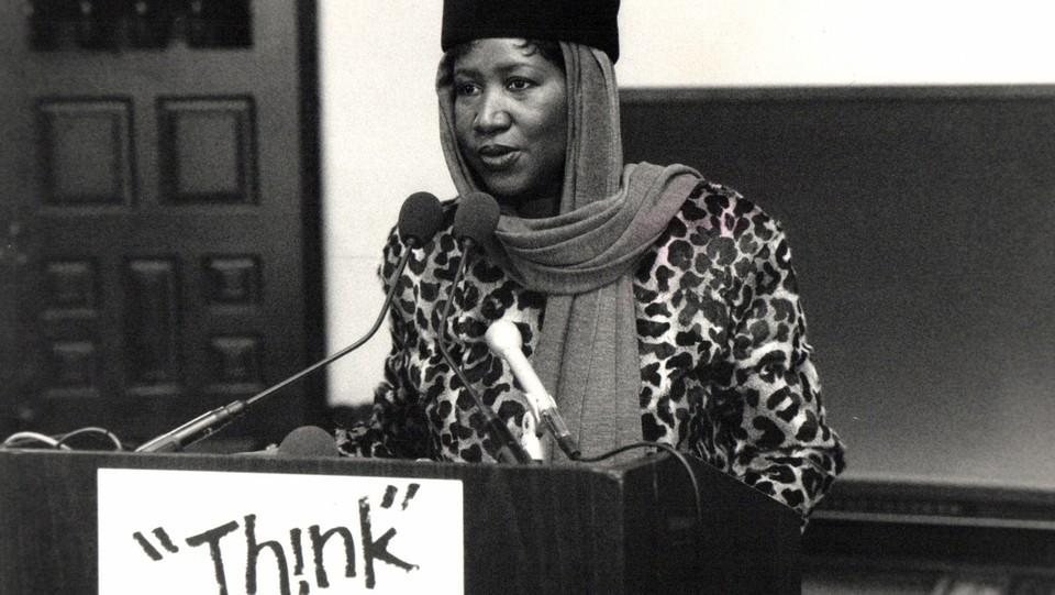 Aretha Franklin parla ai giornalisti alla conferenza stampa Music Hall a Detroit nel marzo 1988 ©Sipa USA