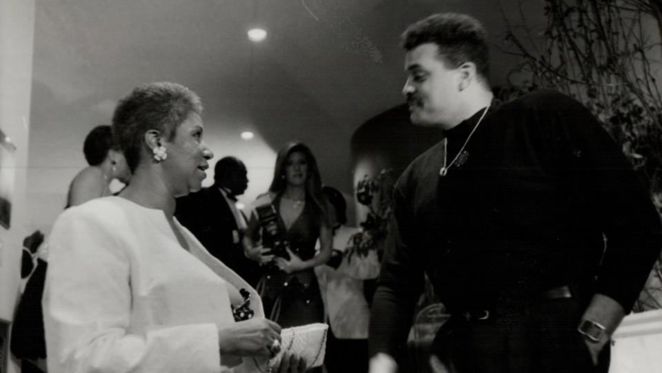 Aretha Franklin parla con il comico Sinbad alla festa del suo compleanno nel marzo 1989 ©Sipa USA