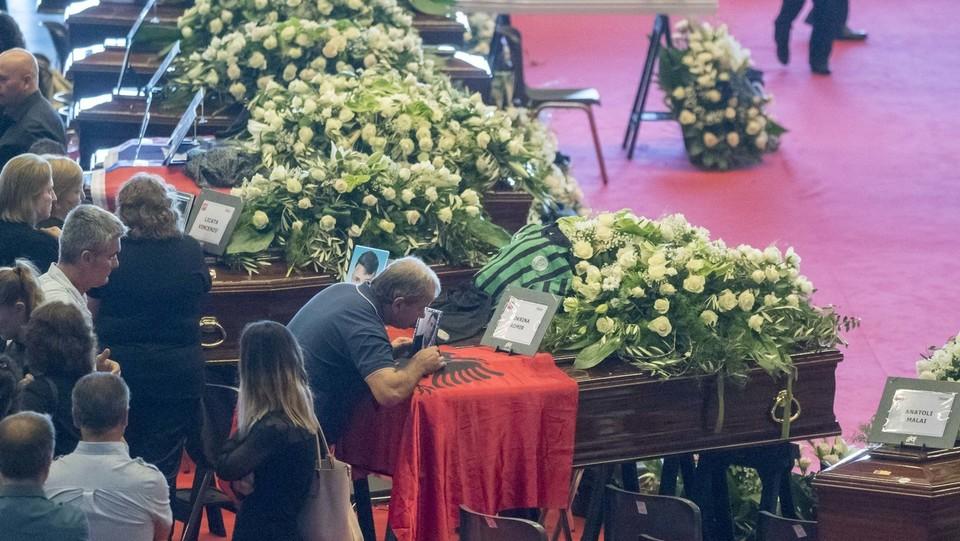 I parenti delle vittime durante i funerali solenni ©Mauro Ujetto/LaPresse
