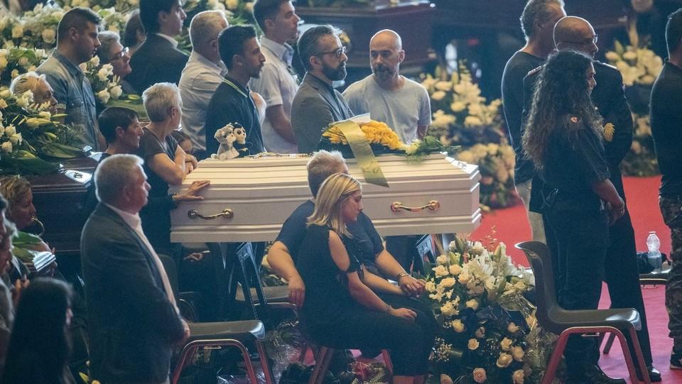 I parenti vicini alle bare durante i funerali solenni per le vittime ©Mauro Ujetto/LaPresse