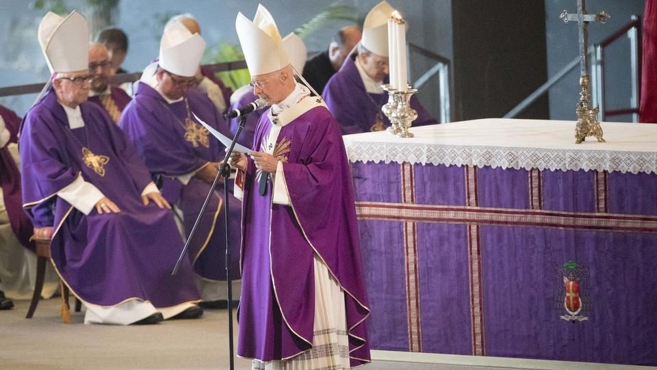 Il cardinale Angelo Bagnasco durante la celebrazione dei funerali solenni per le vittime ©Mauro Ujetto/LaPresse