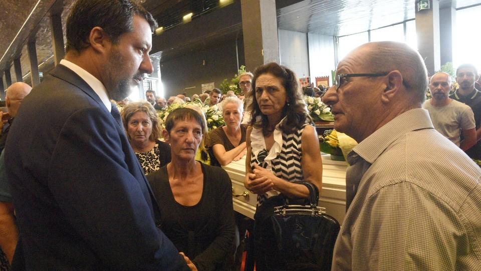 Salvini con i familiari delle vittime ©Stefano Cavicchi/LaPresse