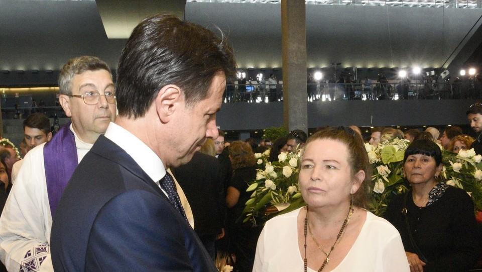 Conte con i familiari delle vittime ai funerali di Stato ©Stefano Cavicchi/LaPresse