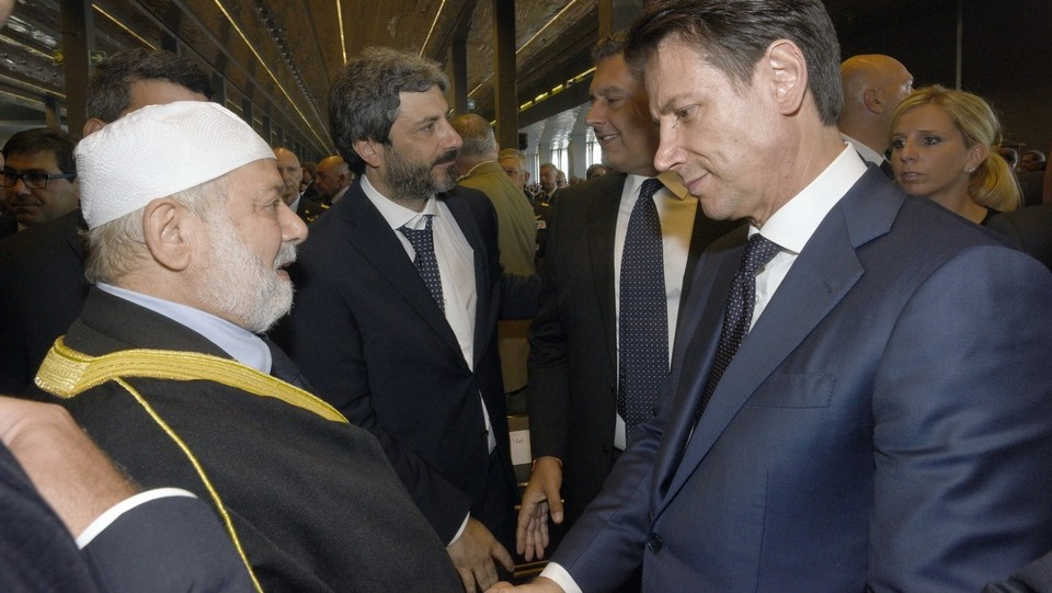 Giuseppe Conte con l'imam di Genova ©Stefano Cavicchi/LaPresse