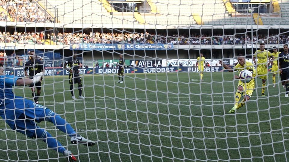 Rigore per il Chievo!!' Fallo di Cancelo su Giaccherini.Tira Giaccherini: gol!!! 2-1 ©Paola Garbuio/LaPresse