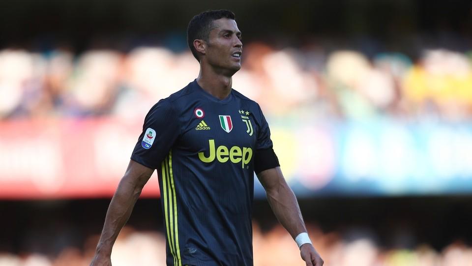 Fallo involontario di Ronaldo su Sorrentino: ginocchia in faccia. Il portiere perde i sensi ©Spada/LaPresse