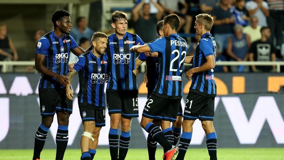 Gomez festeggiato dopo il gol del 4-0 ©Mauro Locatelli/LaPresse
