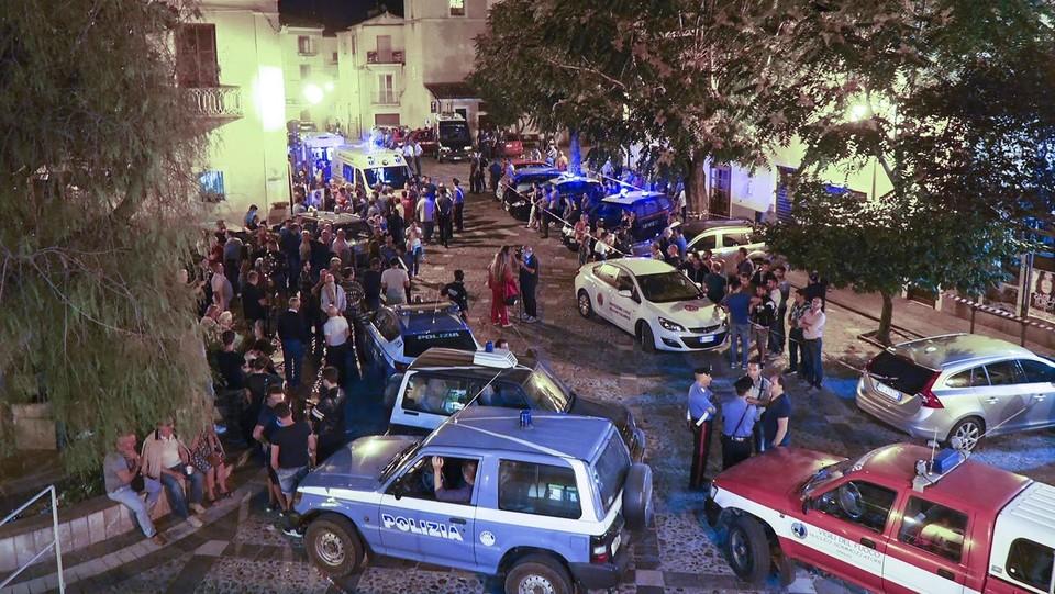 I soccorritori e i cittadini nella piazza centrale di Civita ©AFP/LaPresse