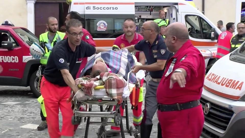 I feriti portati in ambulanza ©Luigi Salsini/LaPresse