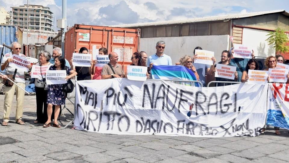 Gli striscioni dei manifestanti pro migranti ©Andrea Di Grazia/Lapresse