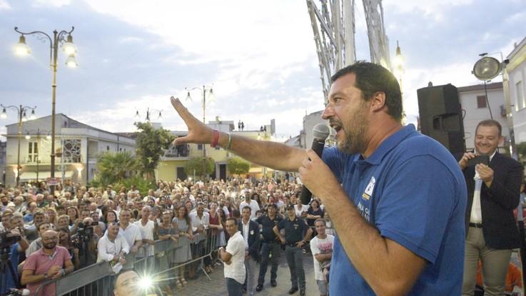 """Salvini a Forza Italia: """"Scelga tra futuro e Renzi"""". Tajani: """"Mollerà Di Maio"""""""