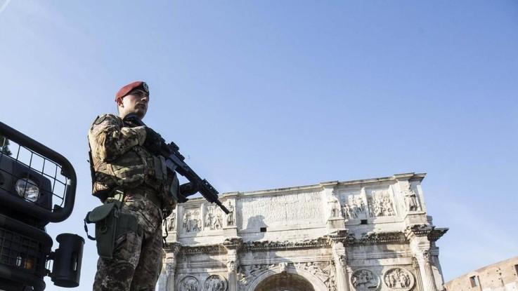 """Scontro nel governo sulla leva obbligatoria. Salvini la rivuole, Trenta: """"Idea romantica ma superata"""""""