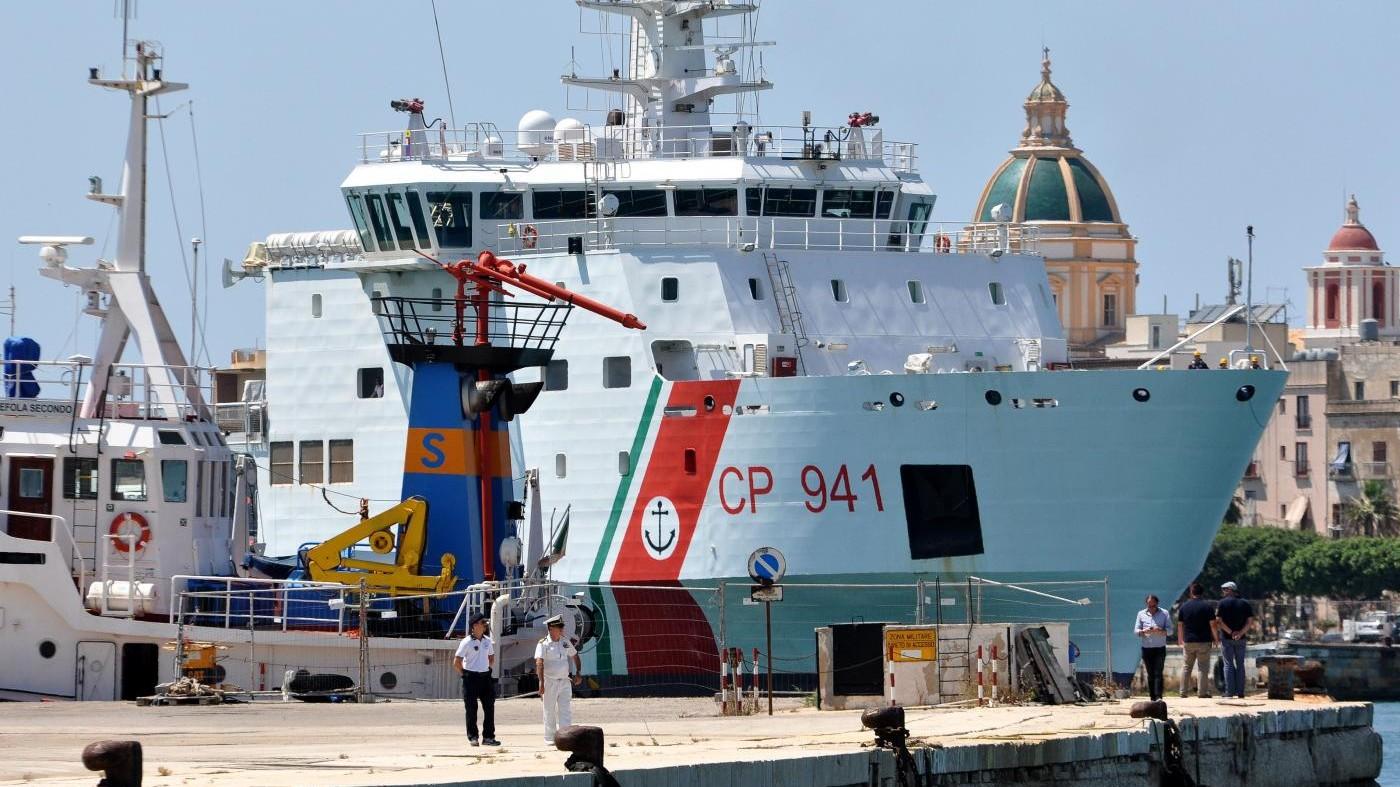 Nave Diciotti, con 177 migranti, bloccata da Salvini a Lampedusa