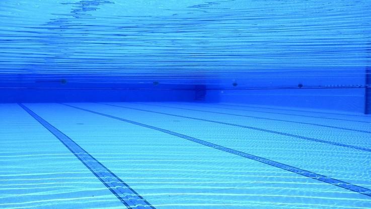 Sardegna, bimbo annega in piscina incastrato nel bocchettone: la procura apre un'indagine