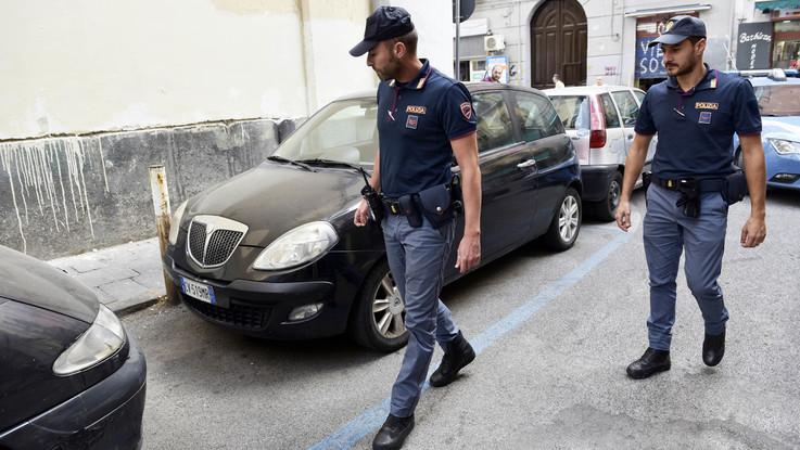 Napoli, spari per strada: ferita una donna affacciata al balcone Sfiorata la tragedia