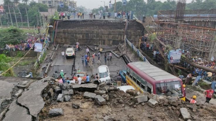 Crolla ponte a Calcutta: ci sono vittime, veicoli sotto le macerie