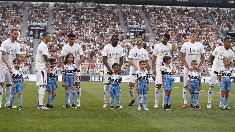 I giocatori della Juventus con la maglia 'Genova nel Cuore' ©Fabio Ferrari/LaPresse