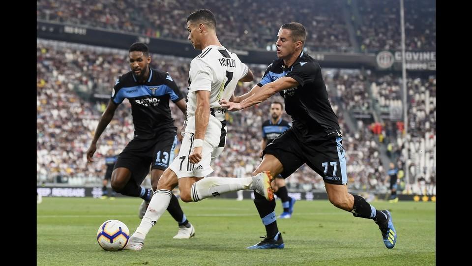 Ronaldo stretto tra due avversari ©Fabio Ferrari/LaPresse
