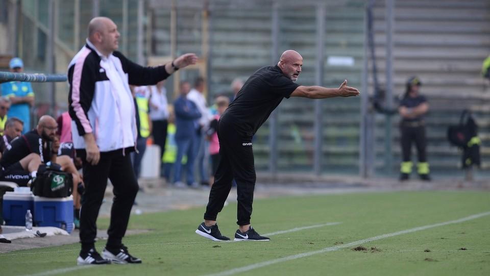 Salernitana-Palermo 0-0 - Colantuono (in secondo piano), allenatore della Salernitana ©Gerardo Cafaro/LaPresse