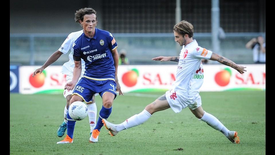 Verona-Padova 1-1 - Henderson (Verona) contrastato da Salviato ©Claudio Martinelli/LaPresse