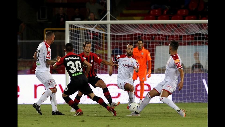 Foggia-Carpi 4-2 - La difesa del Carpi con Pezzi, libera su Busellato ©Donato Fasano/Lapresse