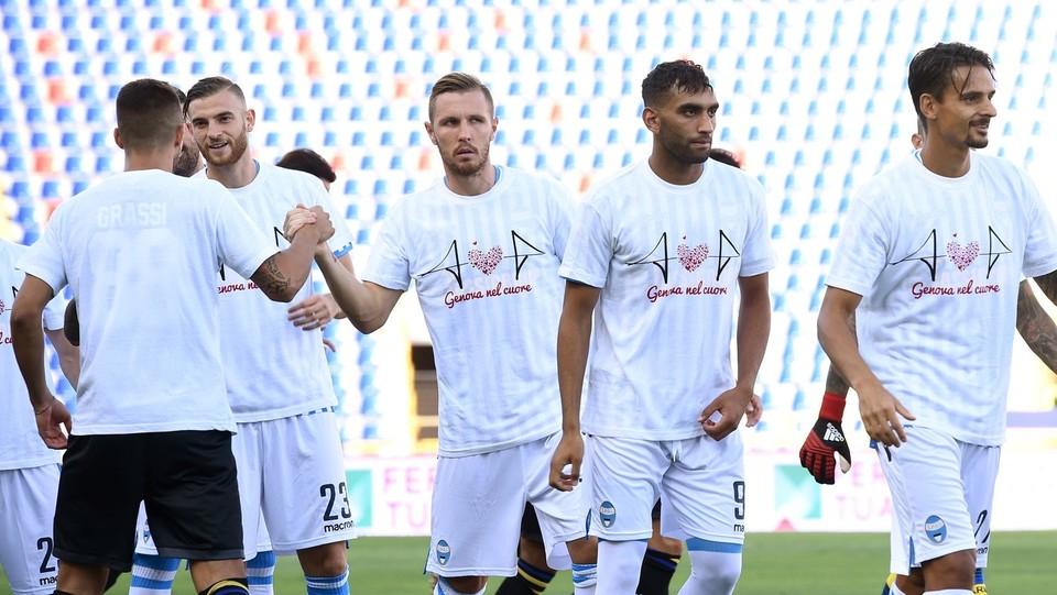 I giocatori con la maglia Genova nel cuore ©Massimo Paolone/LaPresse