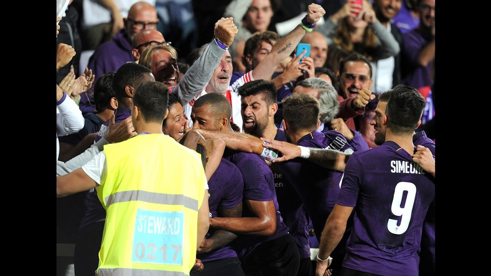L'abbraccio con i tifosi ©Jennifer Lorenzini/LaPresse