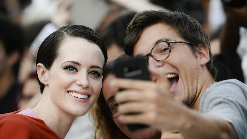 L'attrice Claire Foy concede dei selfie ©AFP/LaPresse