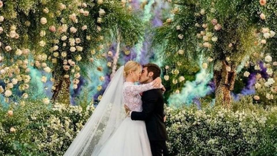 Il bacio tra Chiara Ferragni e Fedez alla fine della cerimonia ©