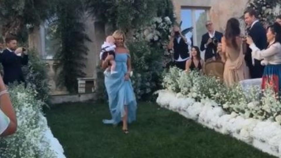 L'ingresso di Marina Di Guardo, la mamma di Chiara, con Leone in braccio ©