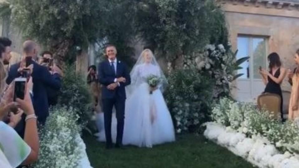 La sposa fa il suo ingresso accompagnata dal papà ©