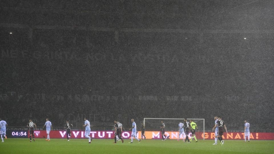 Inizio partita, diluvia in campo ©Fabio Ferrari/LaPresse