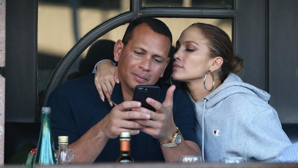 Alex Rodriguez e Jennifer Lopez tenerezze a pranzo ©Backgrid/LaPresse