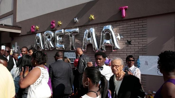 Aretha Franklin, in migliaia alla camera ardente: venerdì i funerali
